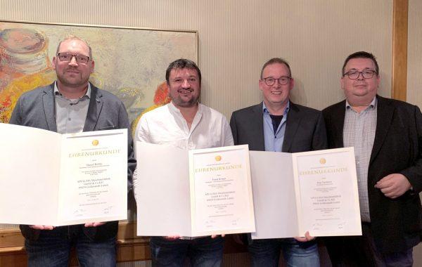 Die Apullma Jubilare Daniel Rolfes, Frank Kröger und Jens Varnhorn mit Geschäftsführer Peter Pulsfort (von Links)